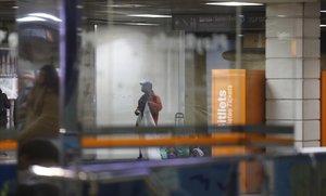 Un mantero empieza a colocar sus bártulos enel vestíbulo de Renfe y metro en la plaza de Catalunya este miércoles, tras la intervención policial del martes.