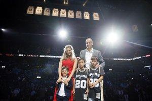 Manu Ginóbili, junto a su familia posa con su camiseta colgada en el AT&T Center