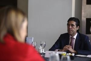 Manuel Manrique, presidente de Sacyr, escucha a la ministra española de Fomento, Ana Pastor (de espaldas), este lunes por la mañana en Panamá.