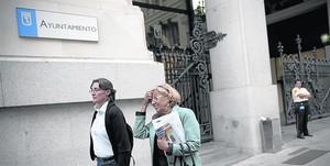 Manuela Carmena sale del Ayuntamiento de Madrid, el pasado 15 de junio, su primero como alcaldesa.