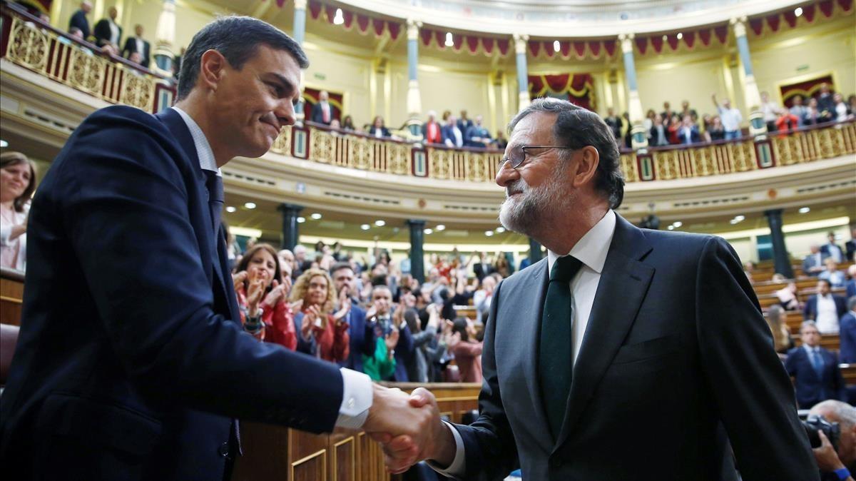 Mariano Rajoy felicita a Pedro Sánchez tras la moción de censura que supuso el desalojo del PP de la Moncloa.