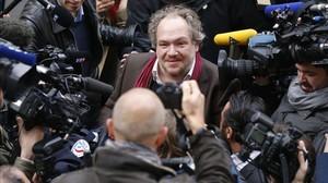 Mathias Enard, rodeado de periodistas en París.