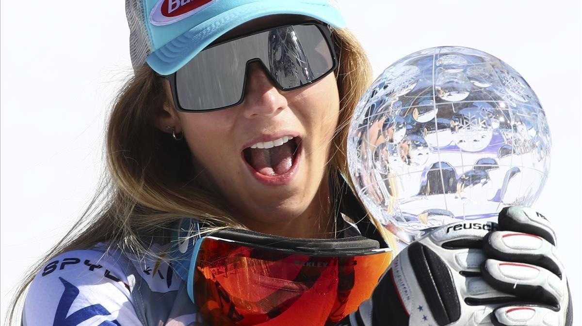 Mikaela Shiffrin ríe con su globo de cristal de supergigante.