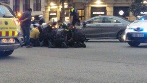 Momento en que agentes de la Guardia Urbana reducen al conductor, este miércoles.