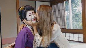 Mónica Naranjo con una geisha en 'Mónica y el sexo'.