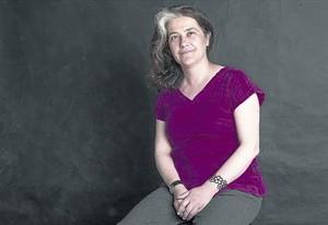 La escritora del Prat Rosa Ribas es una de las 22 autoras que participa en 'H negra'.
