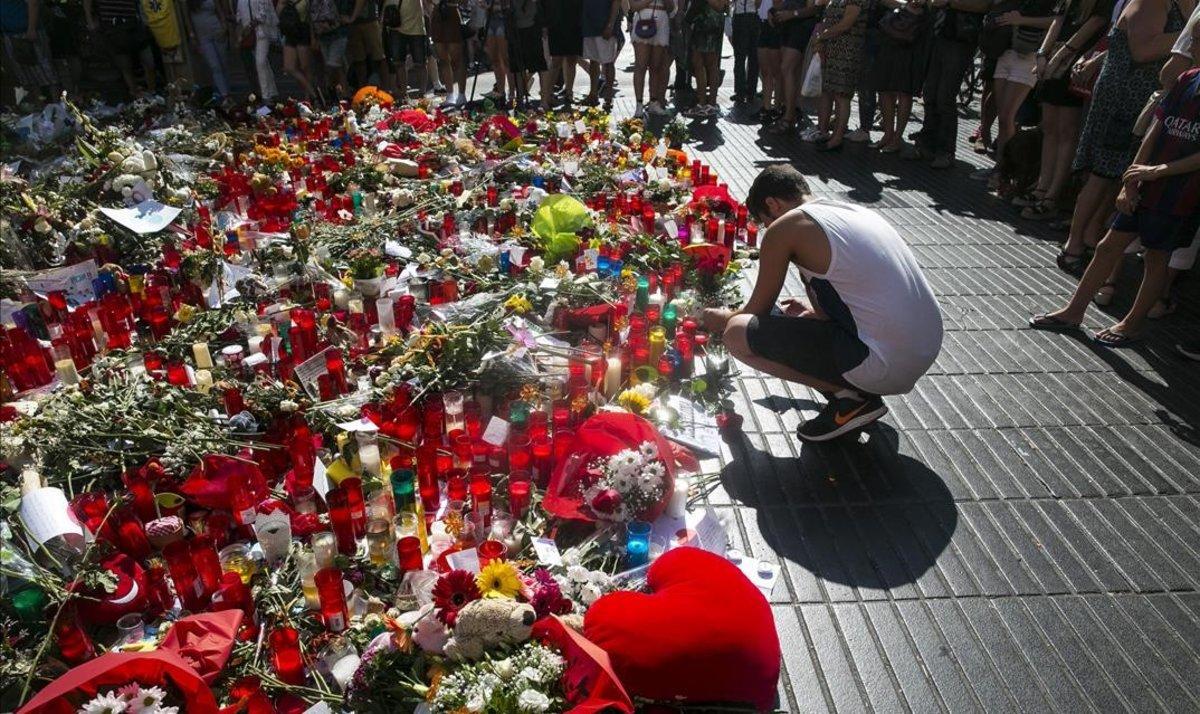 Ofrendas en la Rambla de Barcelona, tras el atentado del 17-A.