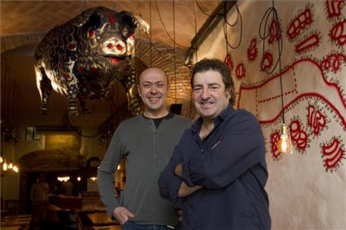 Oriol Rovira con Iñaki López de Viñaspre bajo el cerdo volador. Foto: Albert Bertran