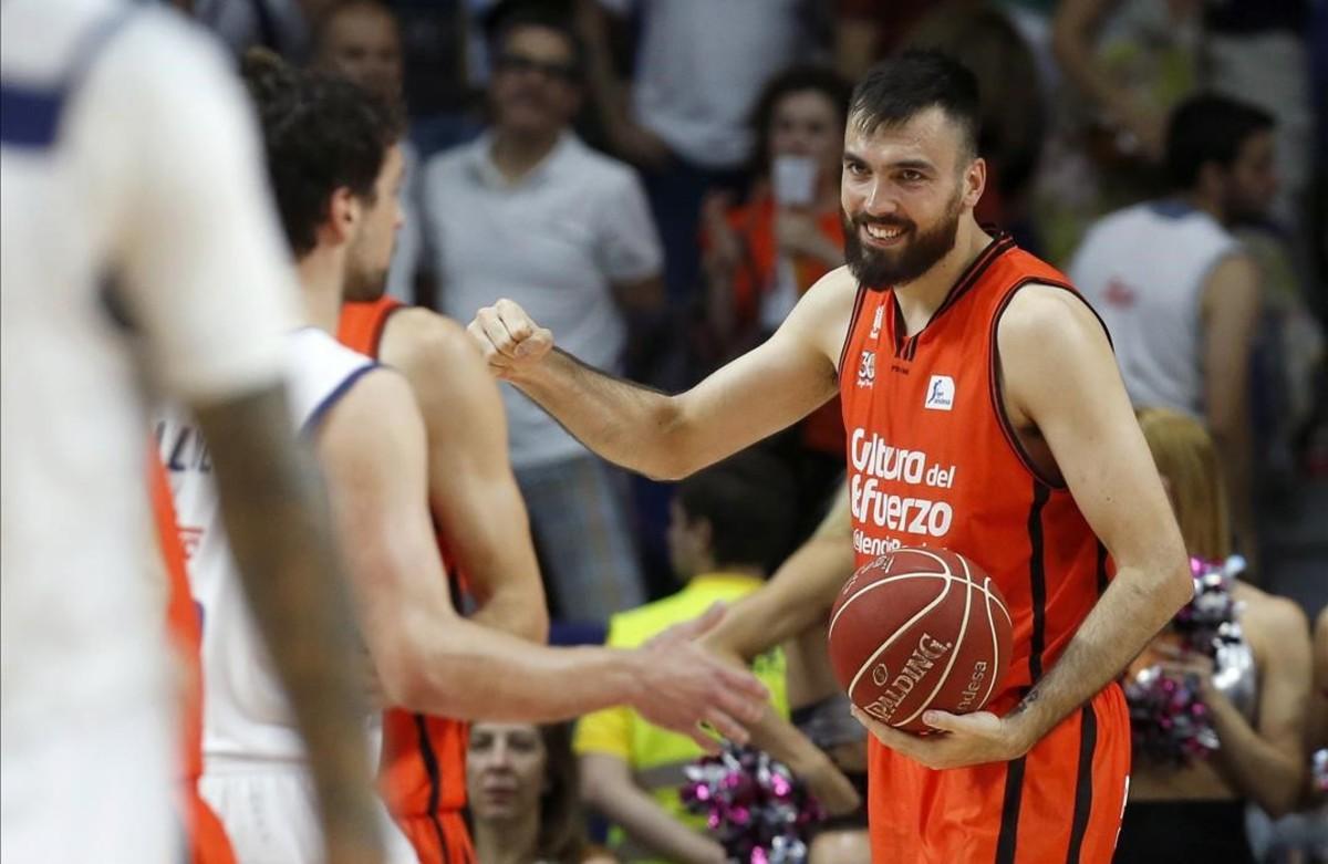 Oriola, durante un partido con el Valencia Basket.