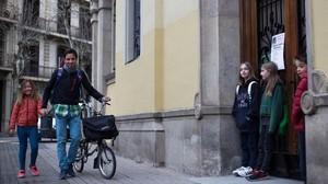 Un padre lleva a su hija al colegio antes de ir al trabajo