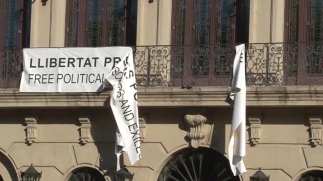 Uns individus trenquen la pancarta de recolzament als presos independentistes de l'Ajuntament de Lleida