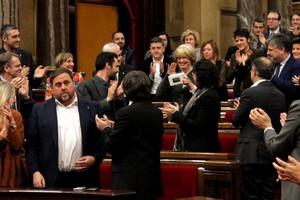 Irene Rigau es recibida con aplausos por parte de los diputados de JxSí a su llegada al Parlament tras la cuarta sesión del juicio del 9-N.