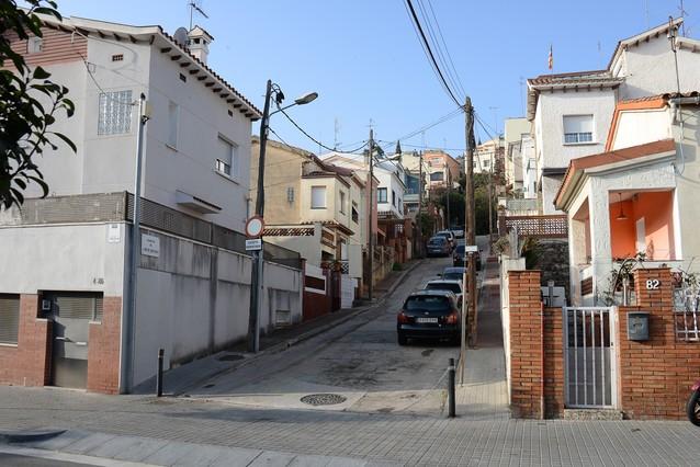El pasaje del Arc de Sant Martí, en Horta-Guinardó, cerrado desde hace tres años por el mal estado del pavimento.