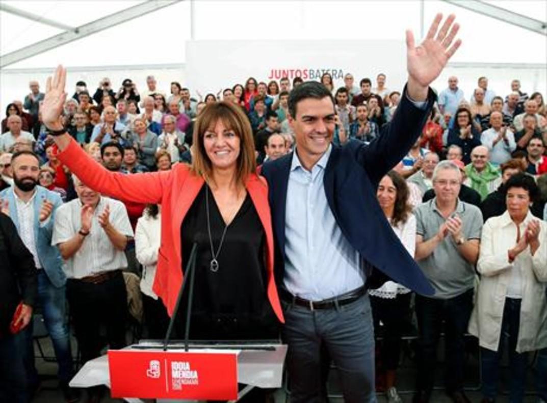 Pedro Sánchez, con la candidata del PSE, Idoia Mendia, en San Sebastián.
