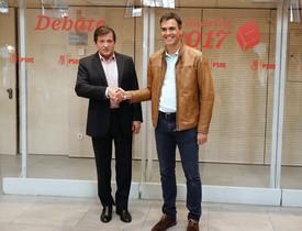 Imagen de archivo de Pedro Sánchez con Javier Fernández en 2017.