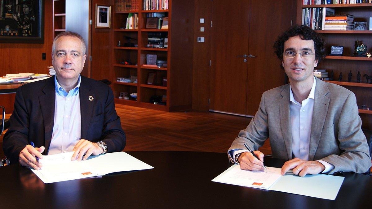 Pere NavarroyEnric Urreta firman el acuerdo de colaboración entre DFactory y 22@Network.