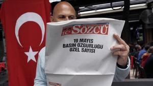 El periiódico turco Sozcu se publicó el sábado en blanco para protestar por las detenciones de periodistas.