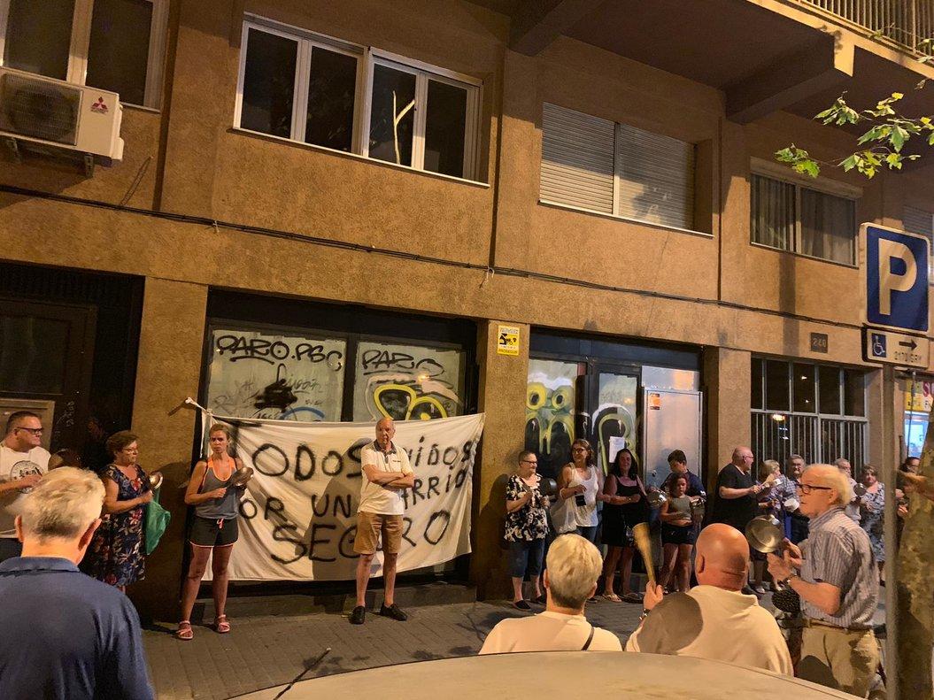 Un grupo de 50 vecinos, durante la cacerolada en la Rambla del Prim, el sábado 17 de agosto.