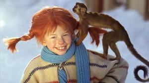 La pèl-roja Pippi Calzaslargas, protagonista de la sèrie que porta el seu nom, amb el seu mico senyor Nilsson.