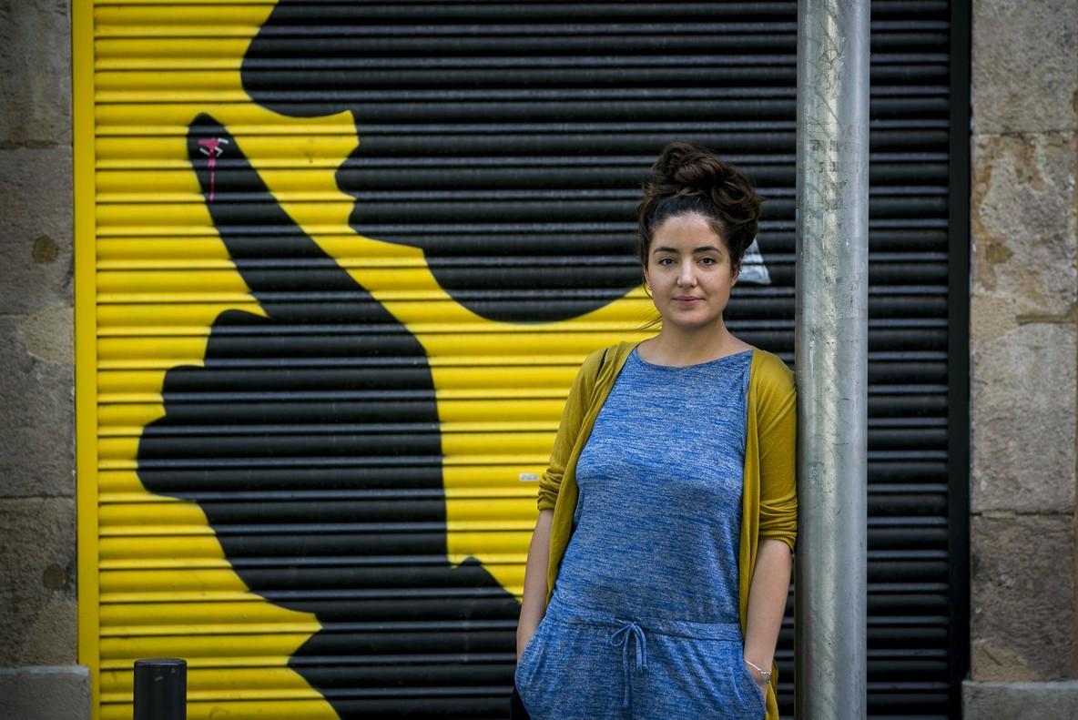 Xènia Elias, una joven en busca de piso de alquiler, en la plaza de Osca de Barcelona.