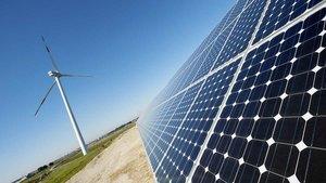 Plaques solars i un molí d'energia eòlica.