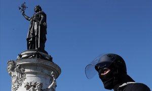 Un policía francés junto en la Plaza de la República el pasado sábado 23 de abril.