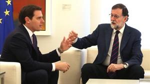 El presidente del Gobierno, Mariano Rajoy,reunido con Albert Rivera, esta mañana, en el Palacio de la Moncloa.