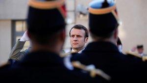 El presidente francés, Emmanuel Macron, pasa revista a las tropas tras dar su discurso, este viernes.