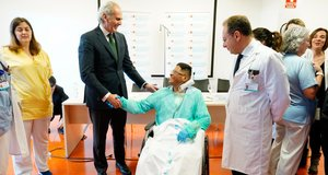 El beneficiario del trasplante de corazón en la rueda de prensa