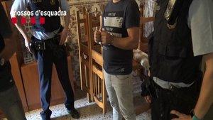 El agresor sexual tras ser detenido por los Mossos en Corbera de Llobregat