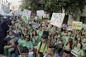 Protesta ante el Parlamento balear, en Palma de Mallorca, de los alumnos y profesores que se encuentran en huelga indefinida por la aplicación del decreto integral de lenguas TIL.