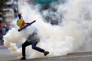 Un manifestante durante los disturbios contra Maduro, en Caracas.