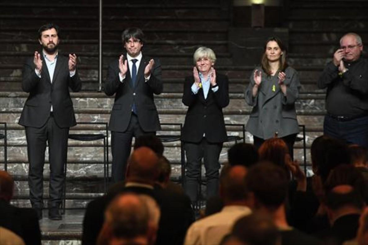 Puigdemont, con las conselleres Ponsati y Serret, el 7 de noviembre en Bruselas