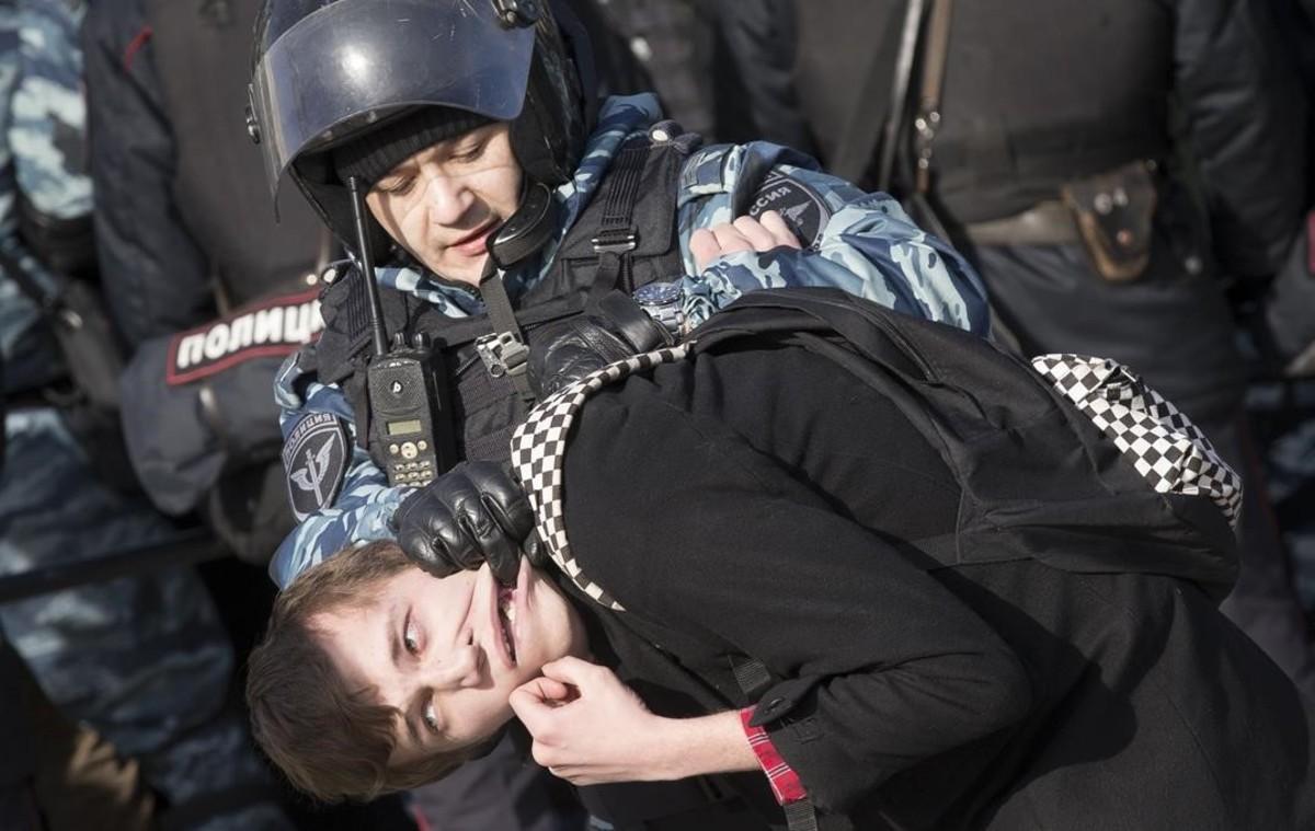 La policia deté un manifestant al centre de Moscou.