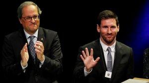 Quim Torra y Leo Messi, durante la entrega de la Creu de Sant Jordi al delantero azulgrana, el 16 de mayo del 2019.