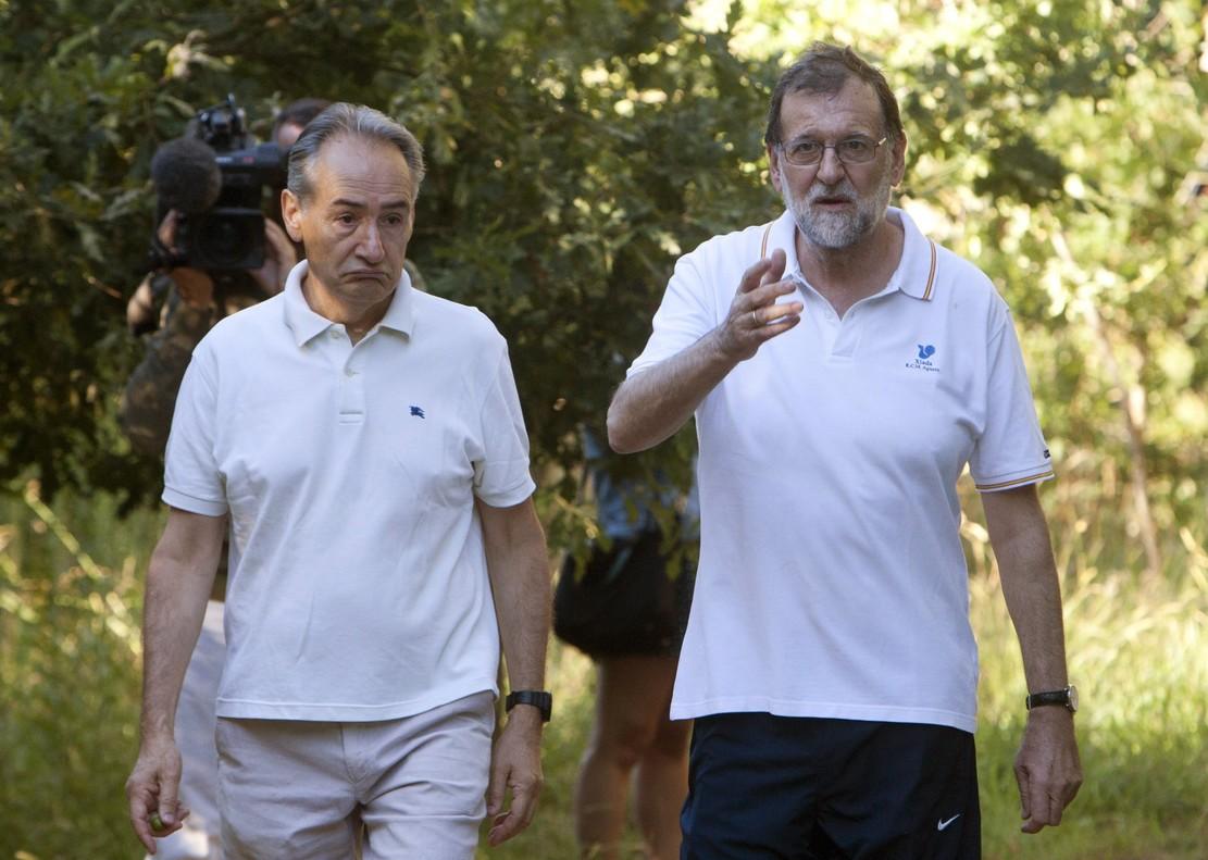 El presidente del Gobierno, Mariano Rajoy, durante su paseo vacacional por Ponte Arnelas en Ribadumia, Pontevedra.