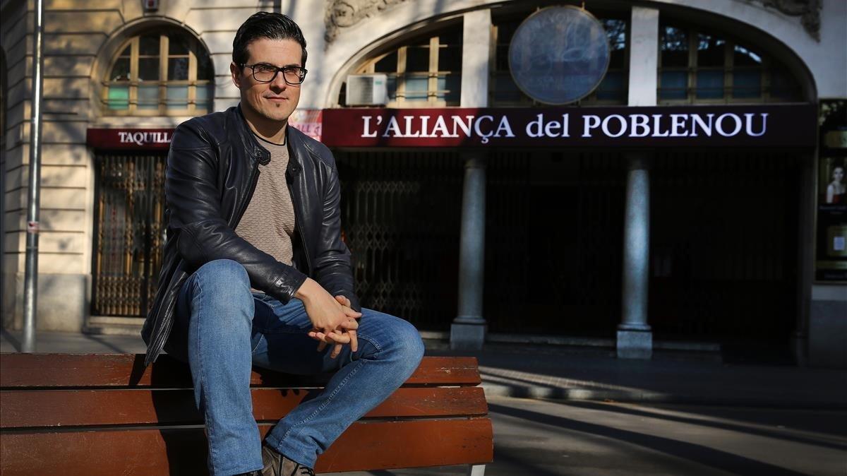 Victor Parrado, ante el edificio del Casino l'Aliança del Poblenou, un lugar en el que volvería a actuar como antaño.