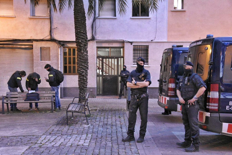 Antidisturbios de los Mossos durante la redada en Sant Roc.