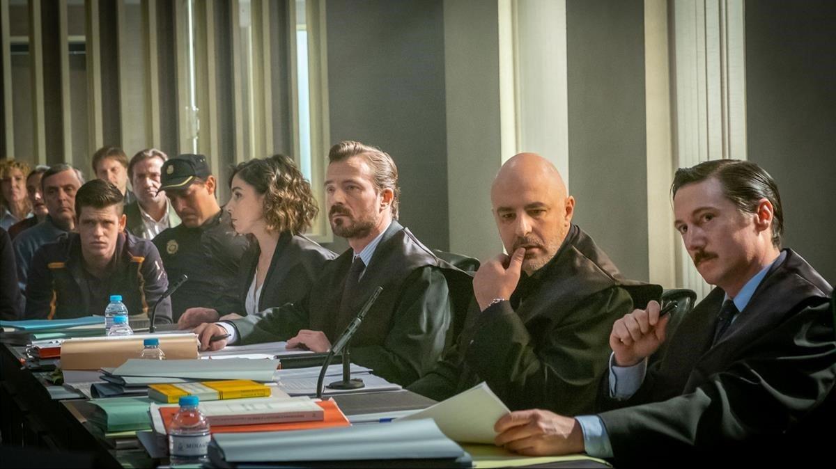 Roberto Álamo (segundo por la derecha), en 'Caronte'.