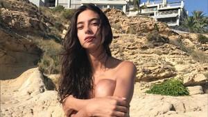 Rocío Crusset posa desnuda en la playa alicantina.