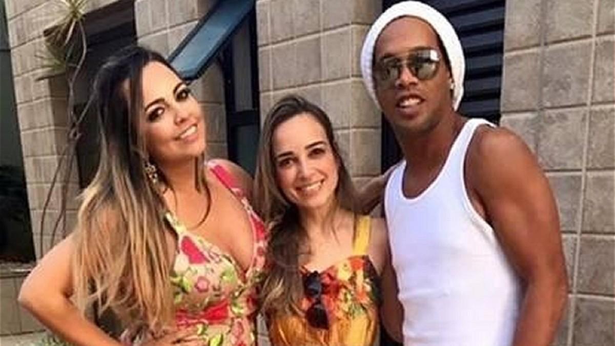 Ronaldinho posa con las dos mujeres.