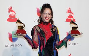 Rosalía posa con los dos premios Grammy latinos: Mejor Canción Alternativa y Mejor Actuación en Fusión Urbana, enLas Vegas.