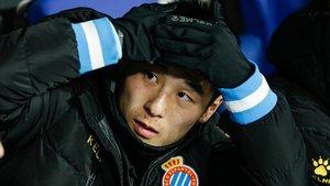Wu Lei, en el banquillo, antes de salir al césped para marcar el gol del empate del derbi.