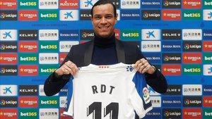 Raúl de Tomás luce su nueva camiseta del Espanyol, este jueves en Cornellà.