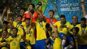 La selección brasileña sub-17 celebra el título mundialista.
