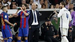 Sergio Ramos abandona el Bernabéu tras ser expulsado.