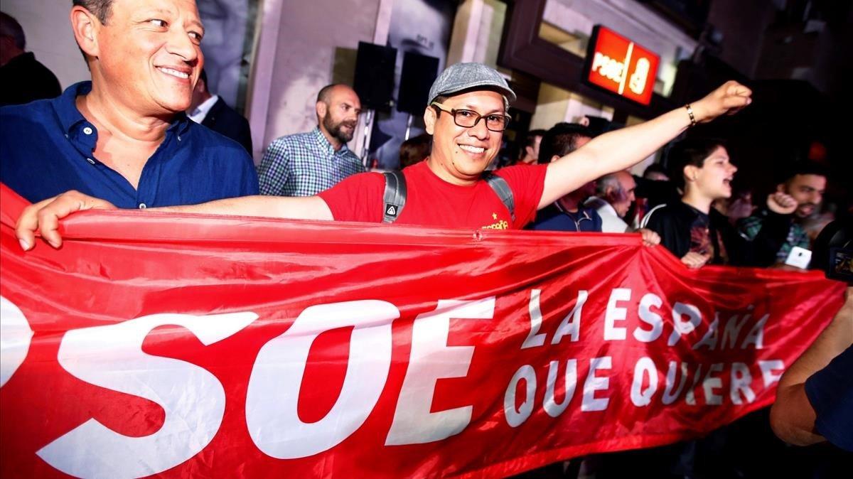 Simpatizantes del PSOE en la puerta de la sede en la calle Ferraz, de Madrid.