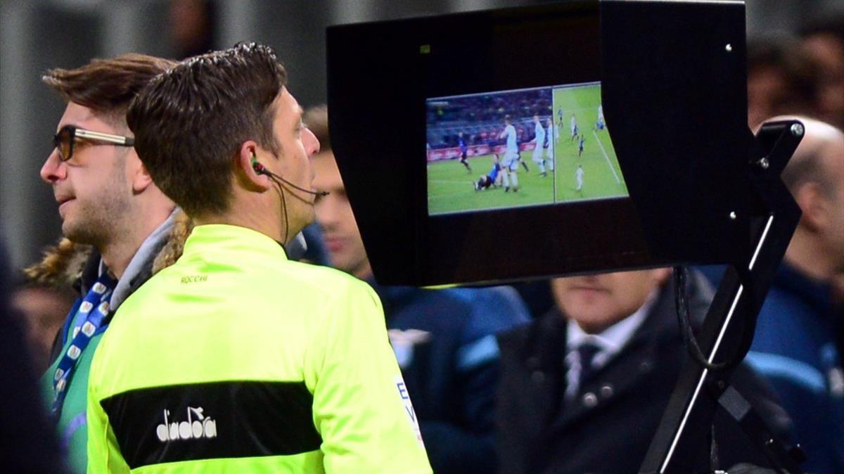 El árbitro del Inter-Lazio, esta temporada, revisa una jugada.