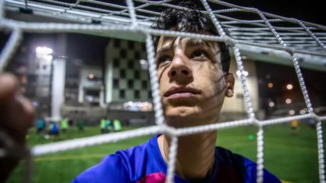 Brahim entrenando en campo de fútbol de Fort Pienc en Barcelona.