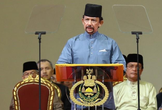 El sultán de Brunéi, Hasanal Bolkiah,anunció la entrada en vigor de la sharia o ley islámica.